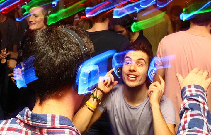 Leuchtende Silent Disco Kopfhörer auf einer Kopfhörer Party von Kopfhörer Events Deutschland