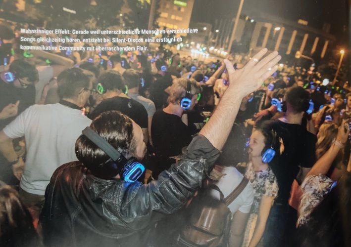 Disco Magazin Silent Disco Beitrag über das Konzept Kopfhörerparty und die Firma Kopfhörer Events Deutschland - Titebild auf einem Silent Disco Open Air