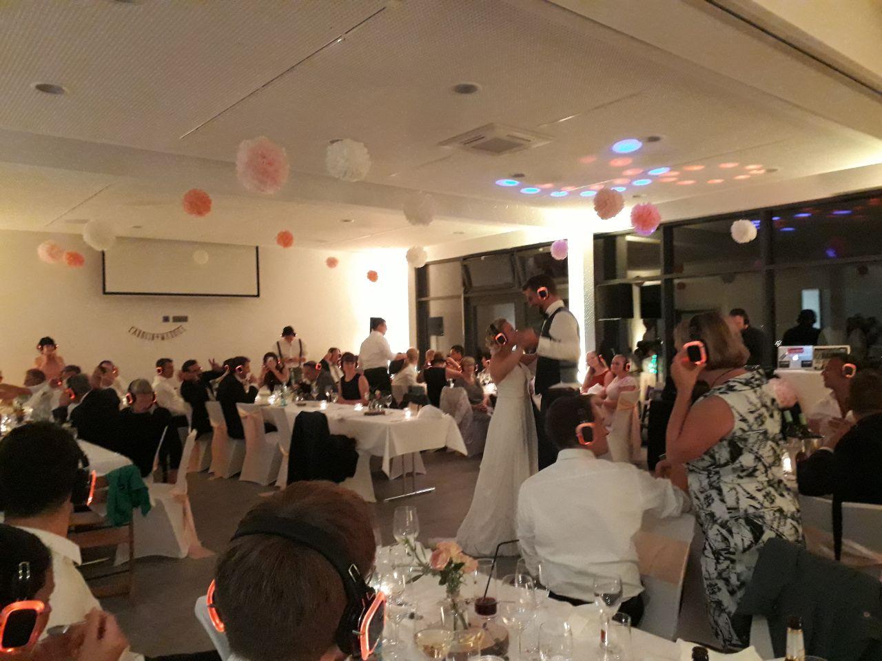 Hochzeitstanz während dem alle Gäste inklusive dem Brautpaar Silent Disco Kopfhörer Modell NEON Lights tragen