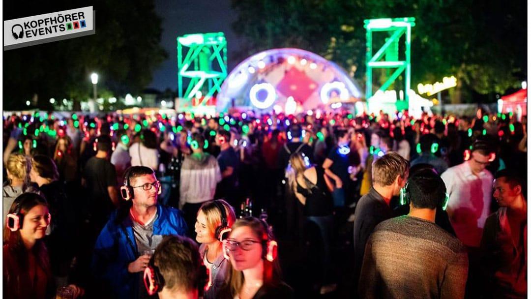 Silent Disco Open-Air Event mit leuchtenden NEON LED Kopfhörern