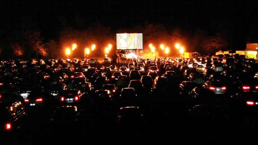 Autos und Bühne im Autokino Recklinglinghausen beim Autokonzert von DJ Moguai am 30.04.2020
